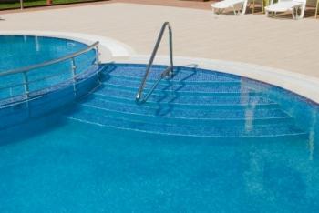stepenice sa rukohvatom za ulazak u bazen